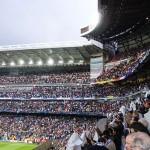 Real Madrid-fans ser deres hold spille mod Borrussia Dortmund på Santiago Bernabéu Stadium.  Foto af Luisao200 (Eget arbejde) [CC-BY-SA-3.0 (http://creativecommons.org/licenses/by-sa/3.0)], via Wikimedia Commons.